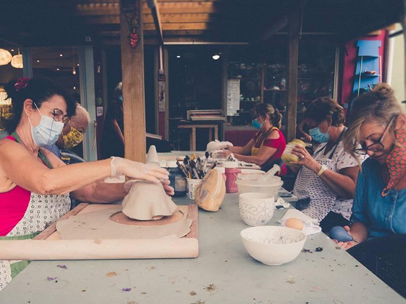 cours de poterie au village artisanal de l'éperon à l'ile de la Réunion 974
