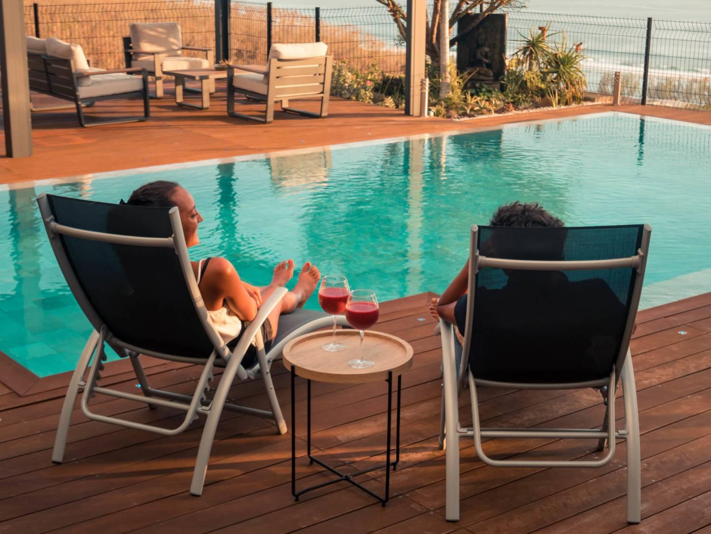 Siroter un cocktail à deux au bord de la piscine dans l'Ouest de l'Ile de La Réunion