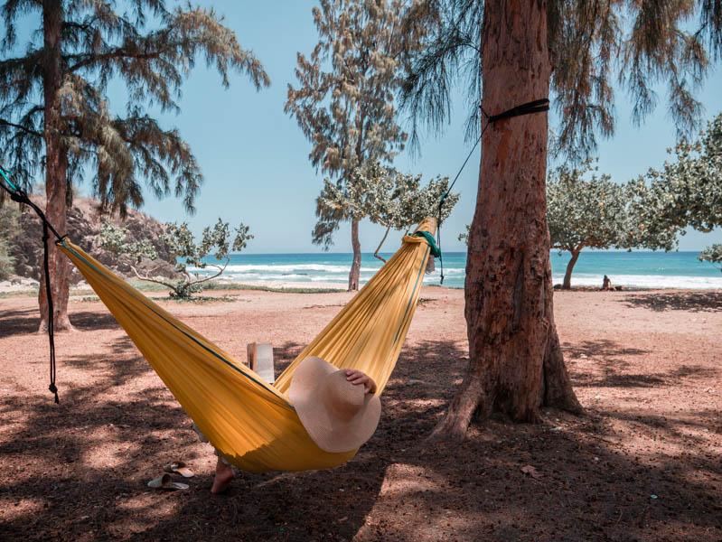 Sieste dans un hamac sur la plage à l'Ile de La Réunion 974