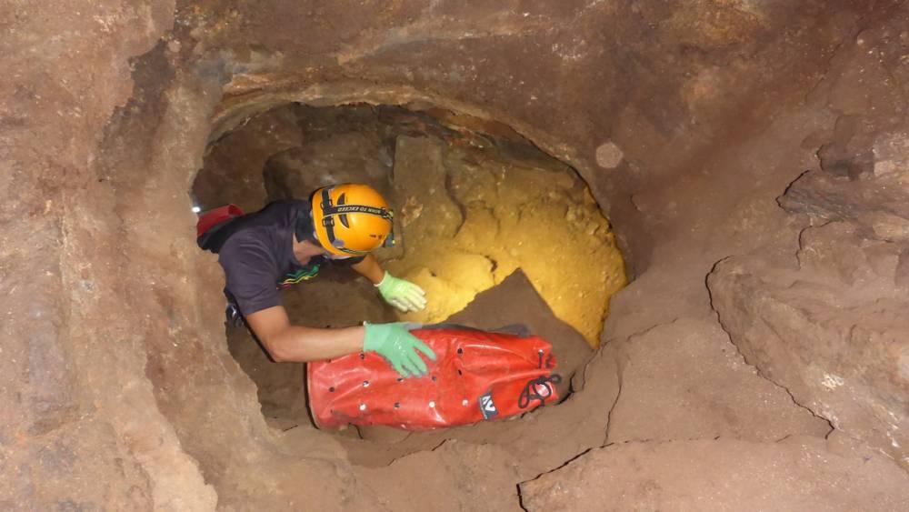 Spéléologie dans le tunnel de lave du bassin bleu à l'ile de La Réunion 974