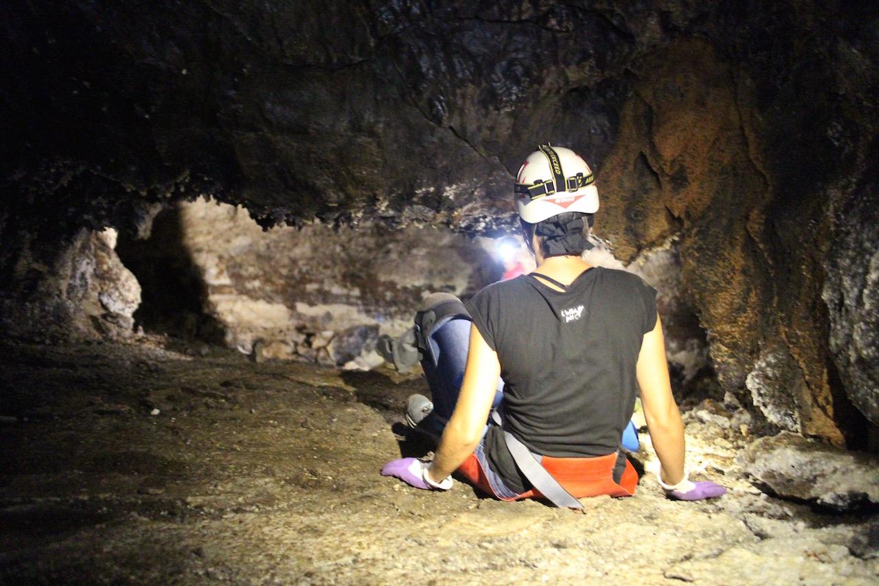speleologie dans le tunnel de lave du bassin bleu du piton des neiges Ile de La Reunion 974