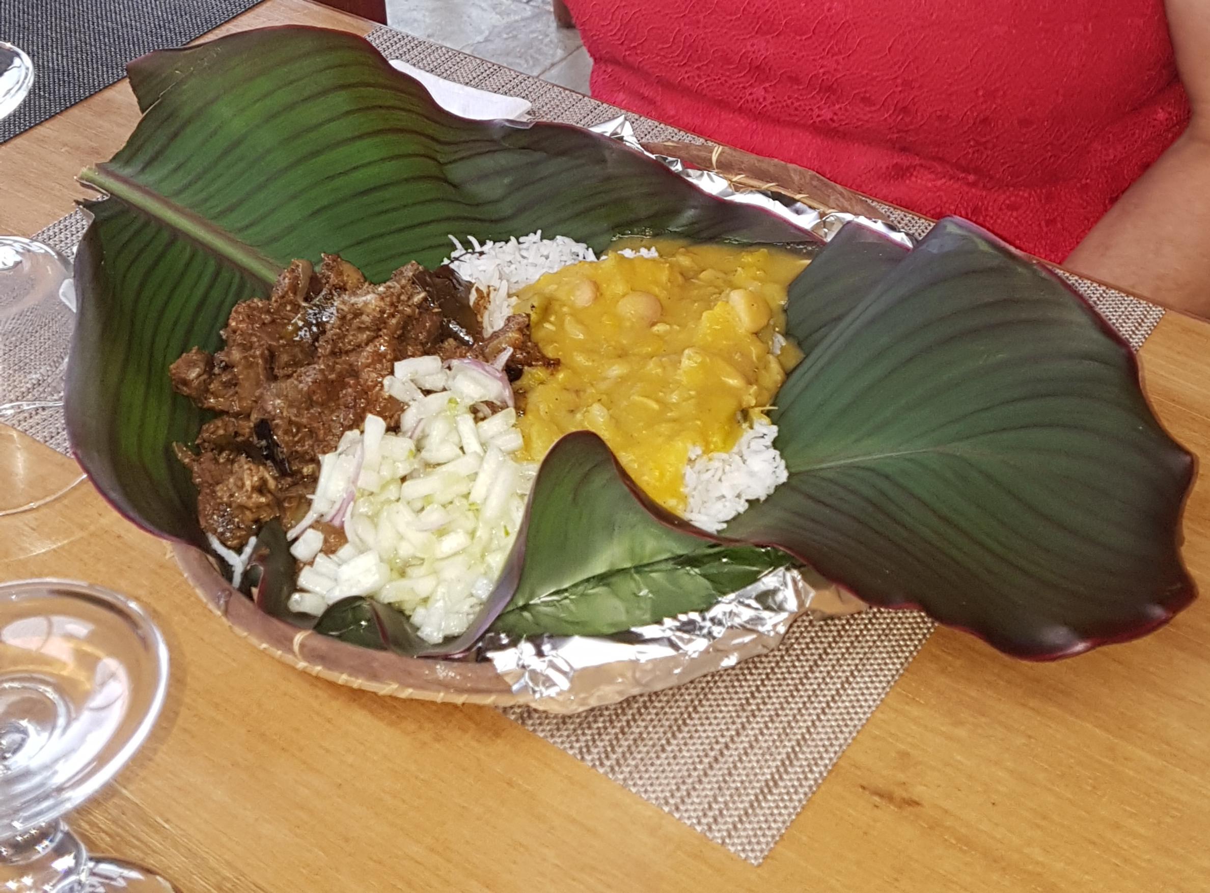 carri creole dans une feuille banane