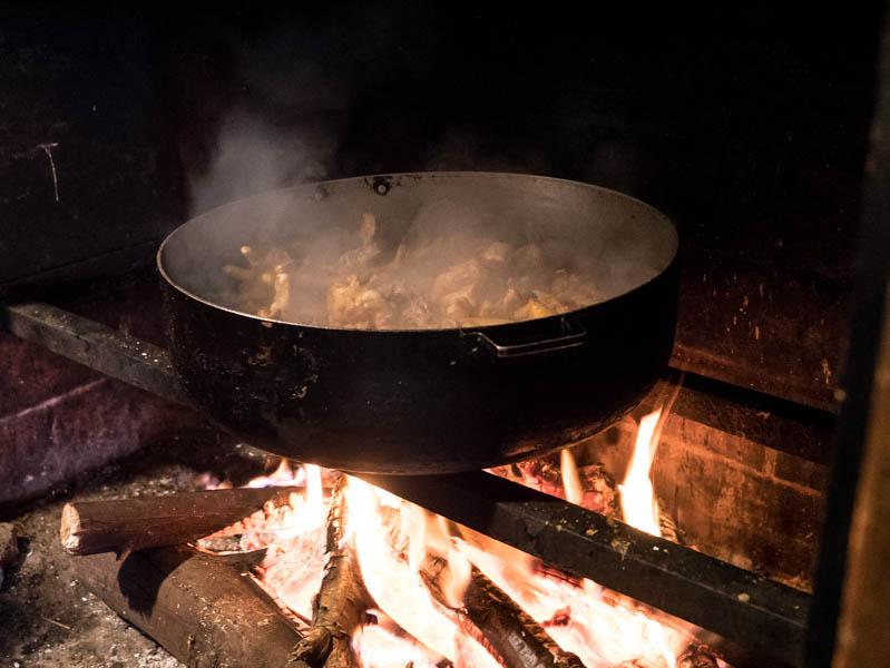 Repas cr?ole traditionnel cuit au feu de bois ? La R?union 974