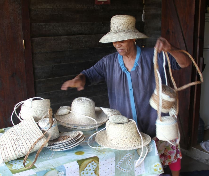 souvenir de mafate avec les chapeaux en tressage de vetiver dans le cirque de Mafate ile de La R�union 974