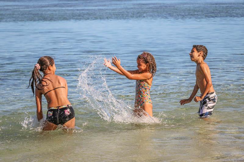 enfants jouant dans le lagon de l'Hermitage à l'Ile de La Réunion