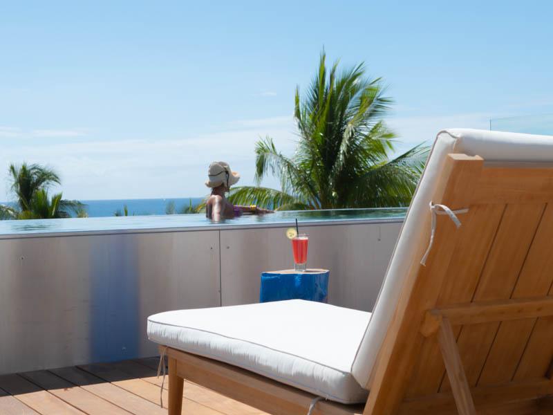 bain de soleil sur la terrasse d'une chambre de l'hôtel 2A à Boucan Canot ile de la Réunion