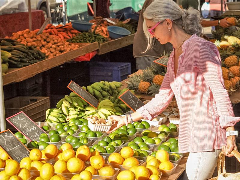 choisir ses fruits  au marché à l'ile de La Réunion