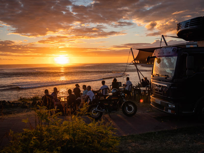 coucher de soleil sur le littoral de Trois-Bassins au spot de surf à l'ile de La Réunion