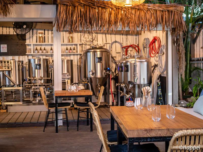 cuves à biere au milieu du restaurant le spot à saint-leu ile de la réunion 974