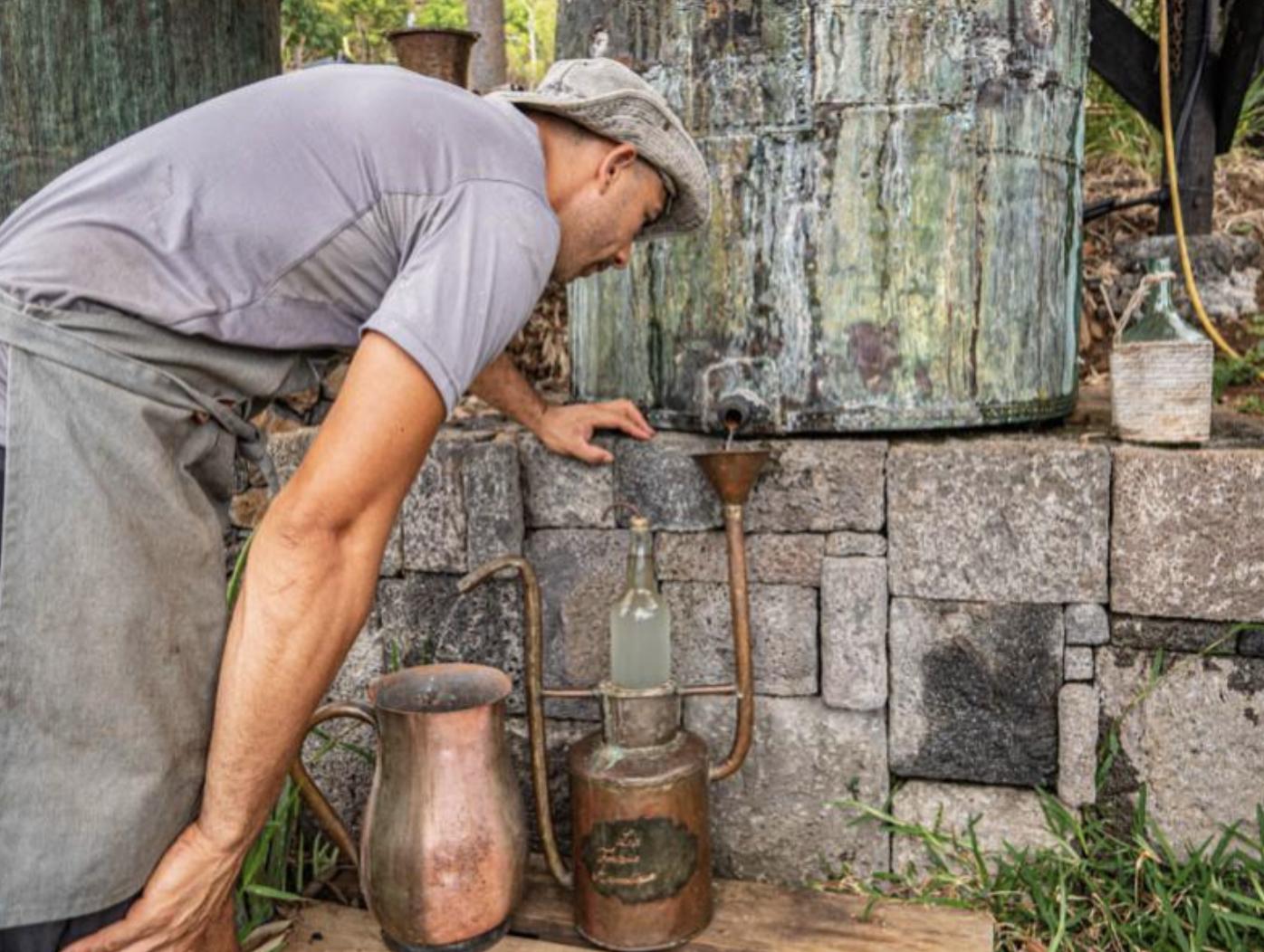 distillerie d'huiles essentielles avec la fontaine aromatique à l'ile de La Réunion 974