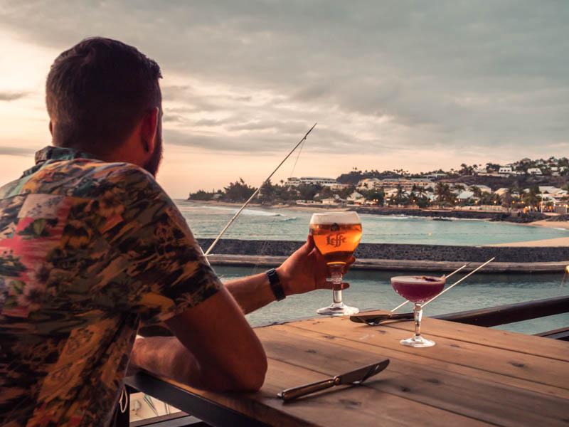 boire un verre au coucher du soleil à la terrasse du yatch Club sur le port de plaisance de Saint-Gilles