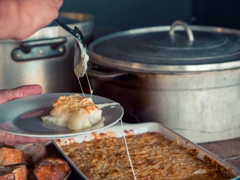 repas à la table d'hôte la Kaze Kouzin accueil paysan La Réunion