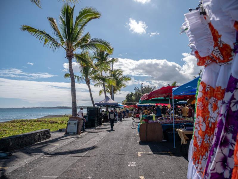le marché forain de saint-paul sur la baie de sable noir ile de la Réunion 974