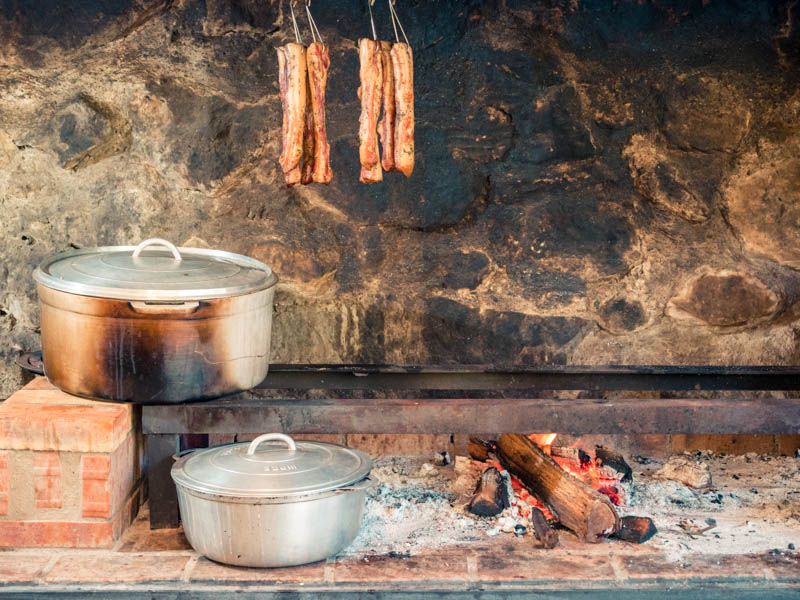 repas traditionnel et authentique au feu de bois ile de La Réunion