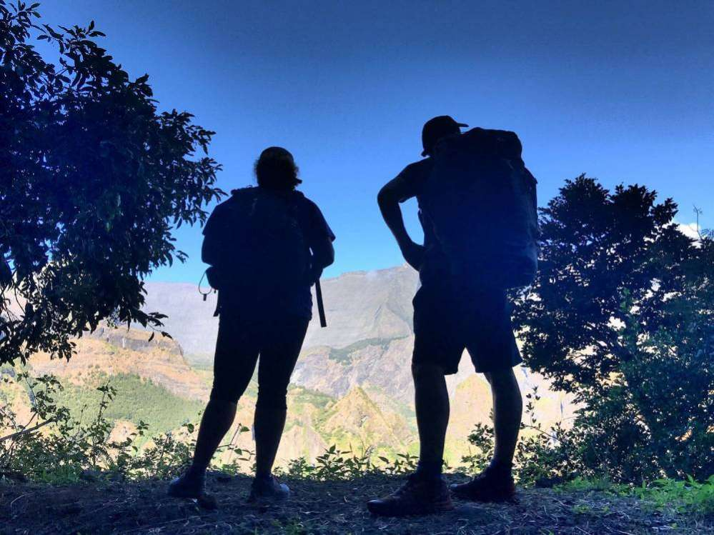 randonneurs sur les sentiers de Mafate