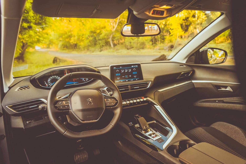 l'intérieur d'une voiture vtc sur les routes de la reunion