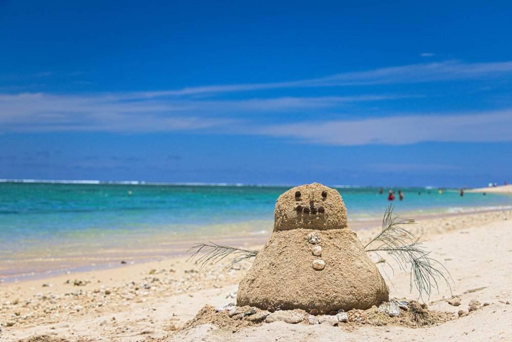 Bonhomme de sable sur la plage de la saline les bains