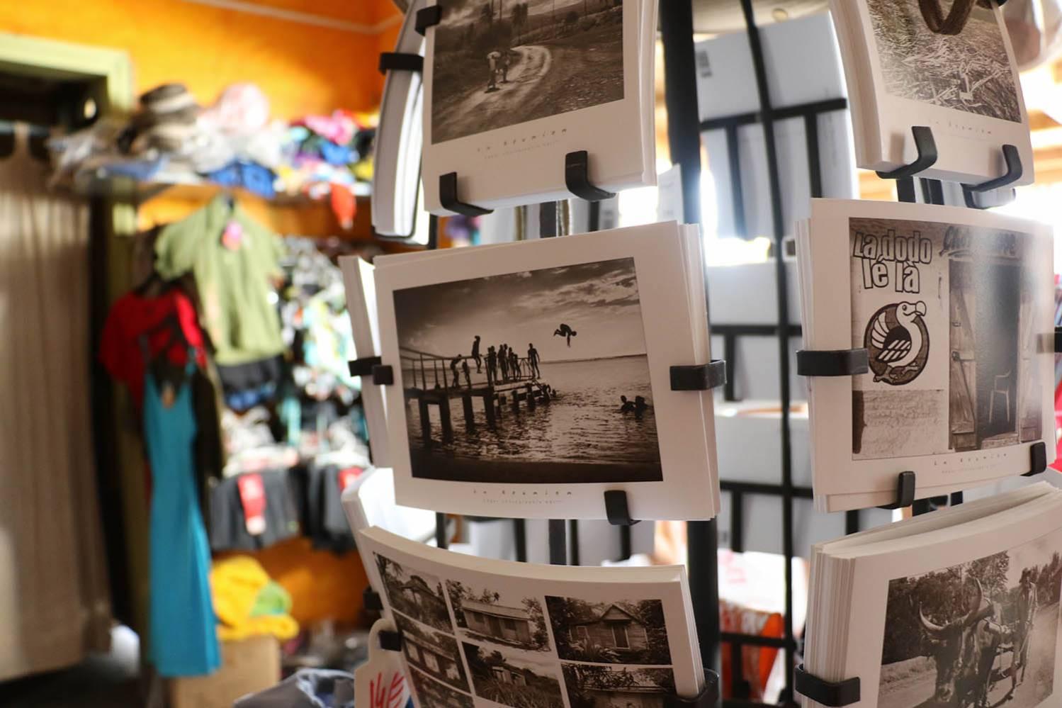 Cartes postales de La Réunion dans une boutique souvenir de Saint-Gilles à l'ile de La Réunion 974