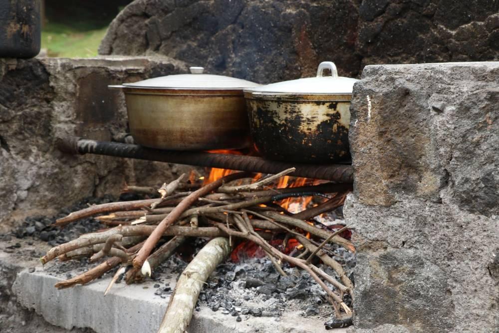 marmites sur feu de bois sur une aire de pique-nique à l'ile de La Réunion 974