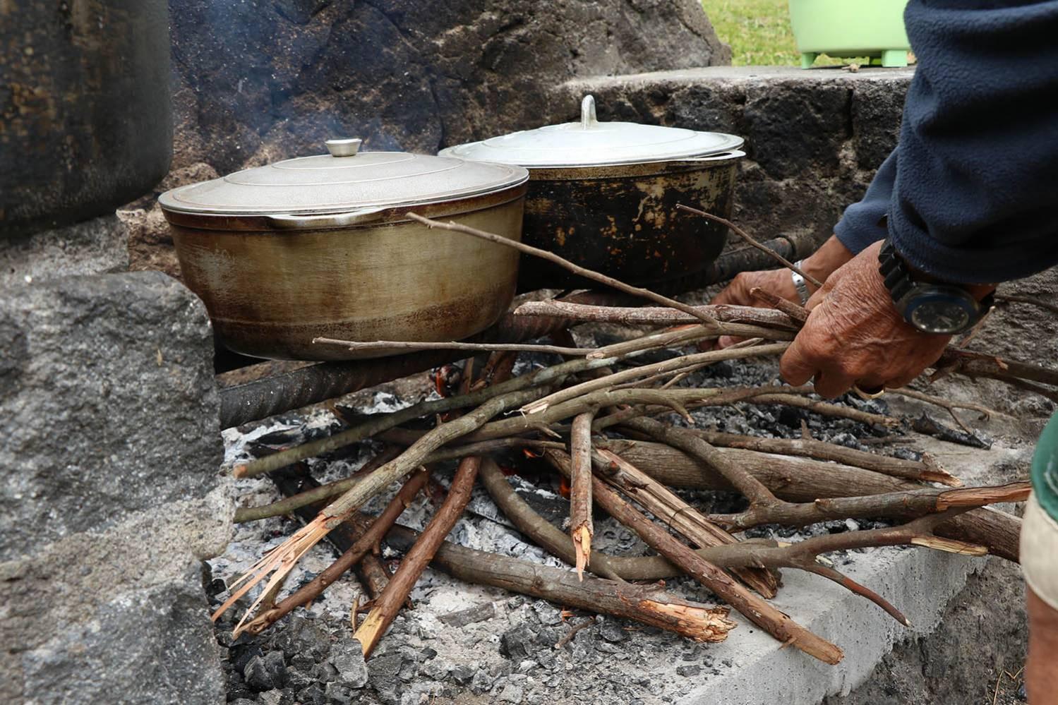 Des marmites sur le feu de bois lors d'un pique nique dans l'Ouest de l'Ile de la Réunion