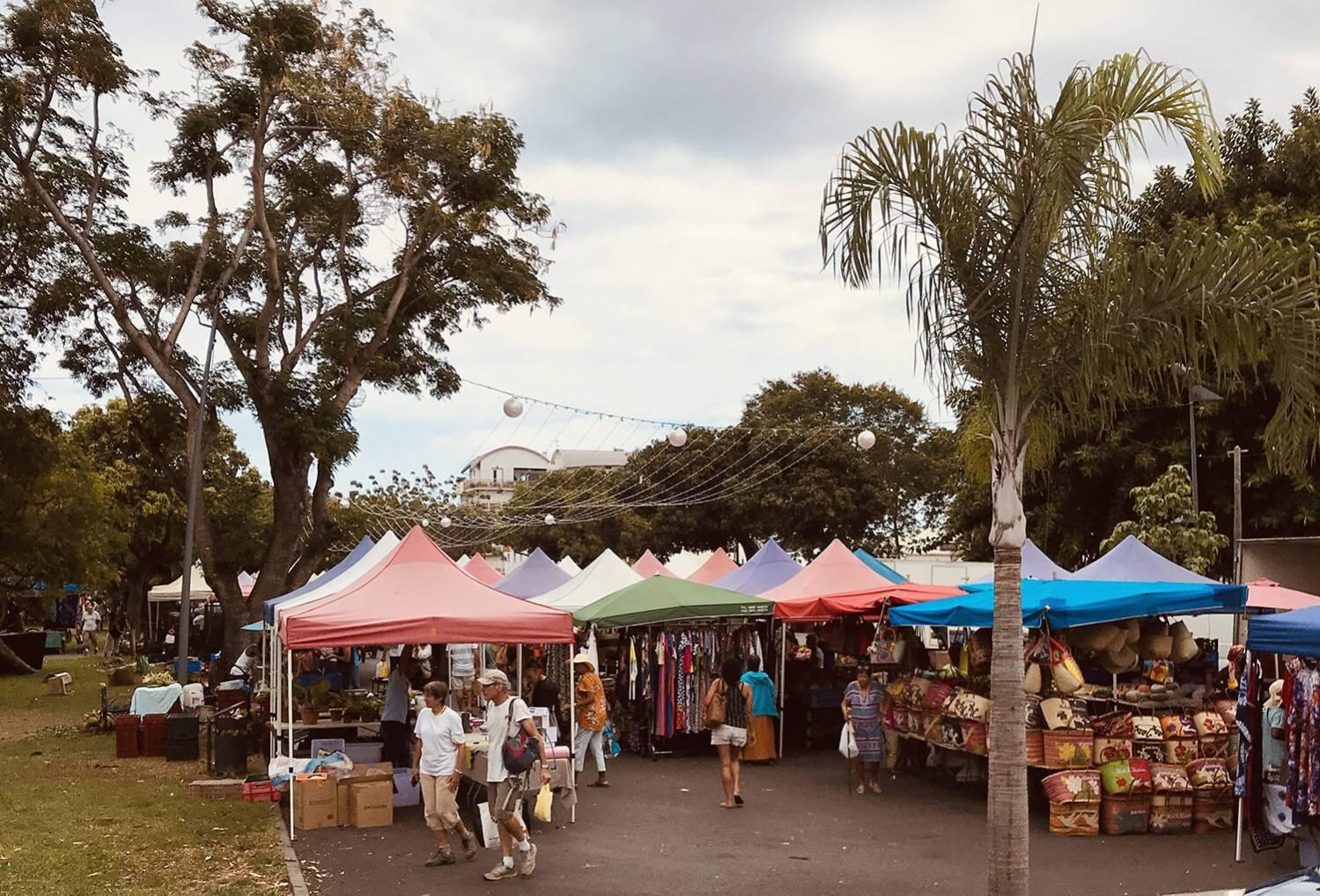 marché de la ville du Port, marché sous les arbres, Ile de La Réunion 974
