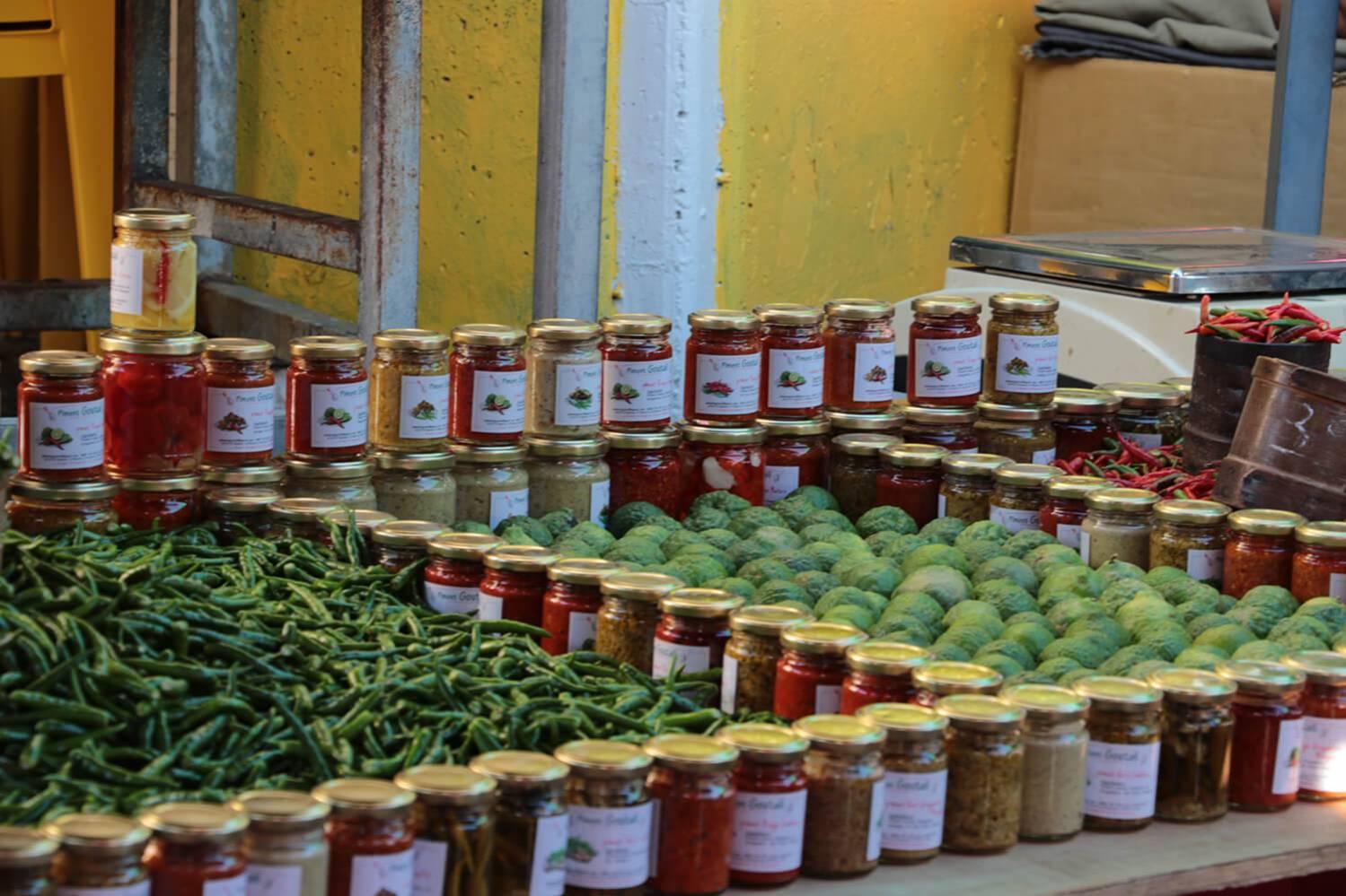 piments et combavas au marché de Saint-Gilles-les-Bains à l'Ile de La Réunion 974