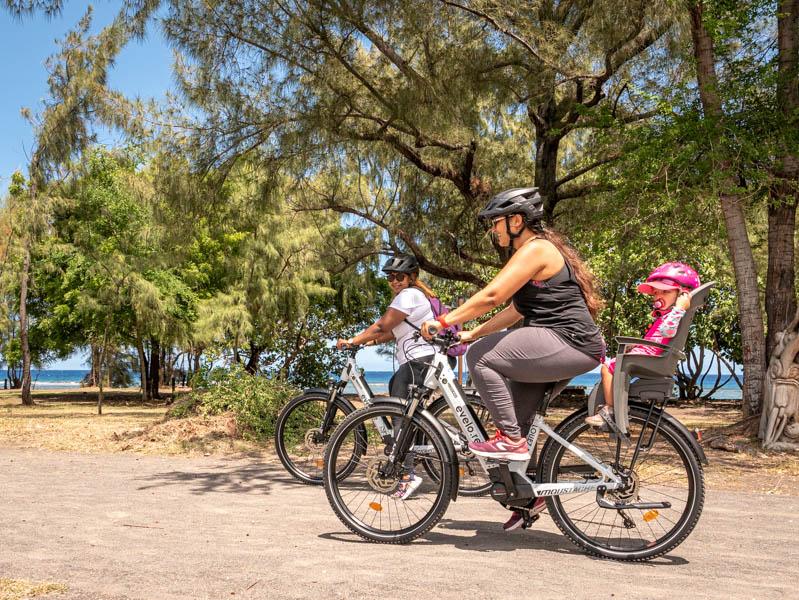 Balade en vélo électrique en famille sur le front de mer de Saint-Leu ile de La Réunion 974
